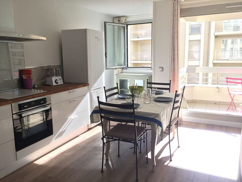 Location 1350€/mois.  Parking.Plage du casino à 50 m, vacation rental in Biarritz