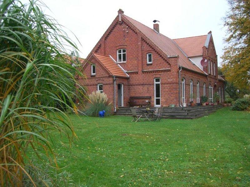 Altes Bauernhaus, großer Garten,  2 Schlafzimmer, große Küche, vacation rental in Blowatz