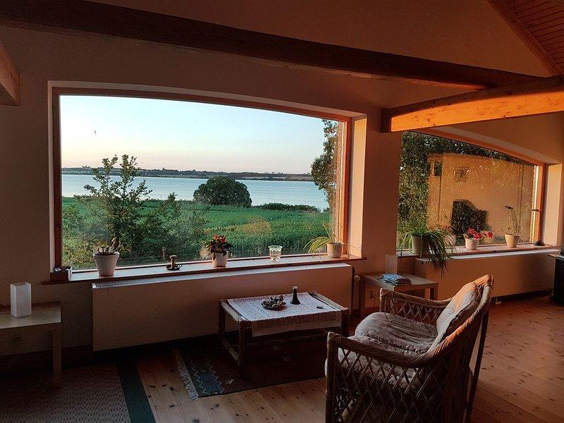 Ferienhof KRONBORG: Großzügige FeWo mit Panoramablick aufs Wasser, location de vacances à Horuphav