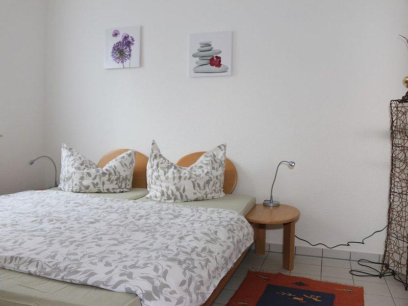 Strandnah, moderne Wohnung im Erdgeschoss mit Balkon, Kostenloses WLAN, vacation rental in Minsen