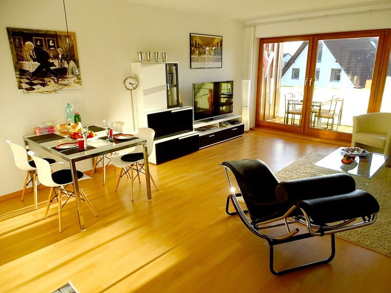 Moderne 2-Zimmer-Wohnung mit Balkon und See- und Bergsicht sowie Internet/WLAN, Ferienwohnung in Meersburg (Bodensee)