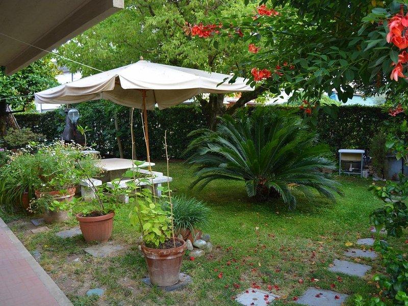 Ferienwohnung mit schönem Garten und nah am Strand von Forte dei Marmi., holiday rental in Ripa-Pozzi-Querceta-Ponterosso