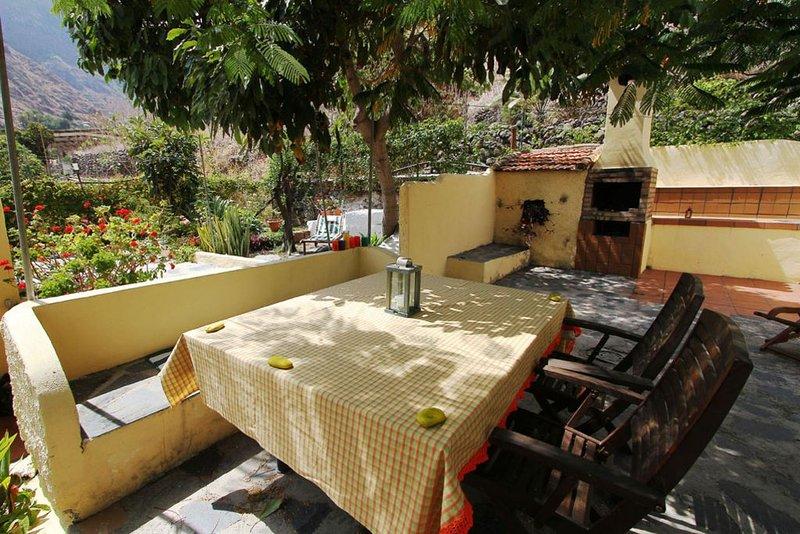 Sehr geräumiges  Ferienhaus mit Garten und drei Terrassen, aluguéis de temporada em Agulo
