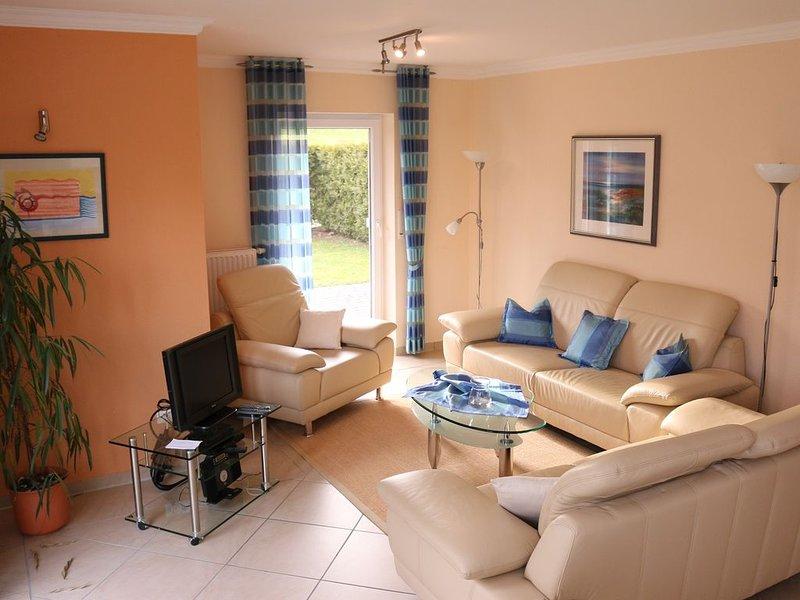 Moderne Wohnung 75 qm  Garten, Designbad, strandnah, Kostenloses WLAN, vacation rental in Minsen