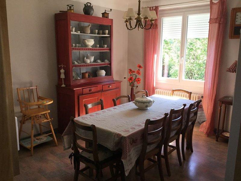 CHARME DE LA CAMPAGNE DANS UNE CONFORTABLE MAISON DES ANNEES 60, location de vacances à Villeneuve d'Aveyron