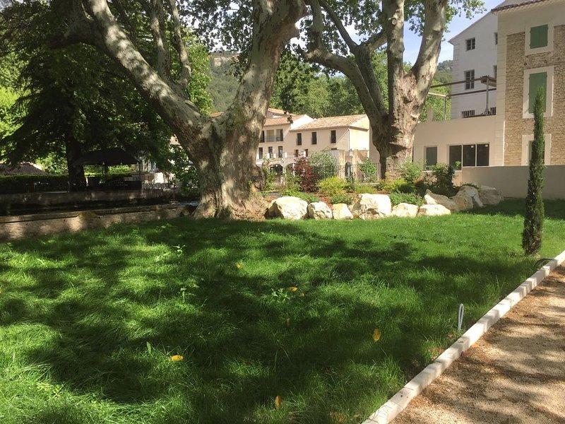 Petit nid dans un parc arboré avec une place de parking, casa vacanza a Fontaine de Vaucluse