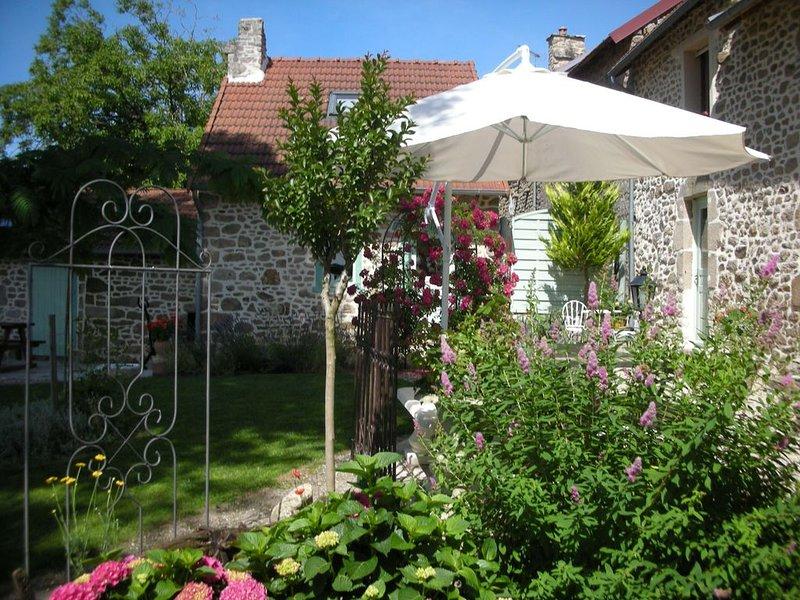 Une chambre d'hotes 2  couchages sans petits dej'Piscine voir les détails, holiday rental in Lourdoueix Saint Pierre