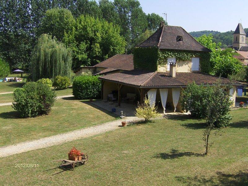 Gite proche Sarlat - piscine 14/7m et son jacuzzi parc ombragé de 5000m, vakantiewoning in Saint-Martial-de-Nabirat