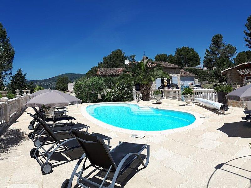 Gite LES PINS climatisé piscine chauffée WIFI  jardin barbecue, aluguéis de temporada em Peymeinade
