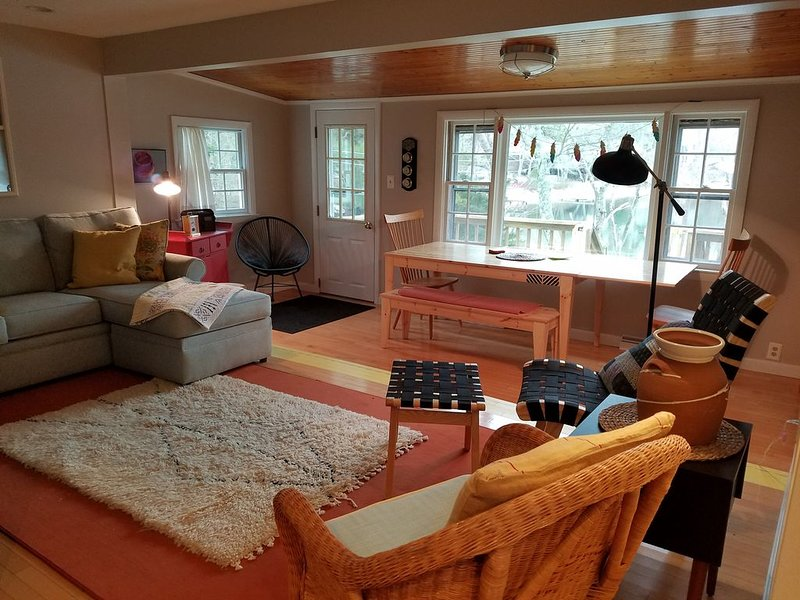 """Waterfront Cottage Nestled Between the Forest and the Sea"", location de vacances à Buzzards Bay"