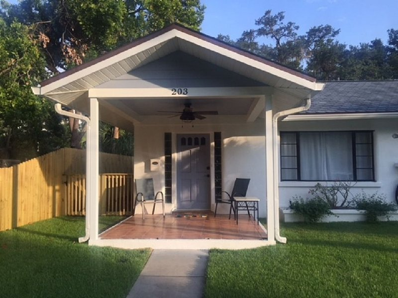 Cozy Cottage - Steps to Riverwalk/Close to Beaches, holiday rental in Bradenton