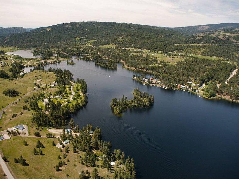 Getaway Retreat Overviewing Beautiful Curlew Lake, casa vacanza a Republic