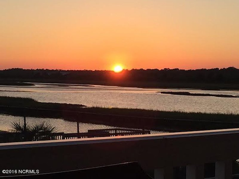 Soundside Condo Steps to Beach!! Private Dock, & Pool -*  New updates for 2020, location de vacances à Ocean Isle Beach