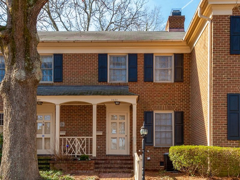 Centrally Located Mins to Downtown Raleigh -2BR-2.5 BA Sleeps 4, holiday rental in Raleigh