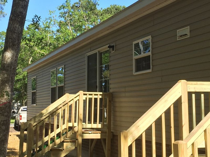 Shaded Piece of Paradise ~ Comfortable Vacation Rental!, holiday rental in Oak Island