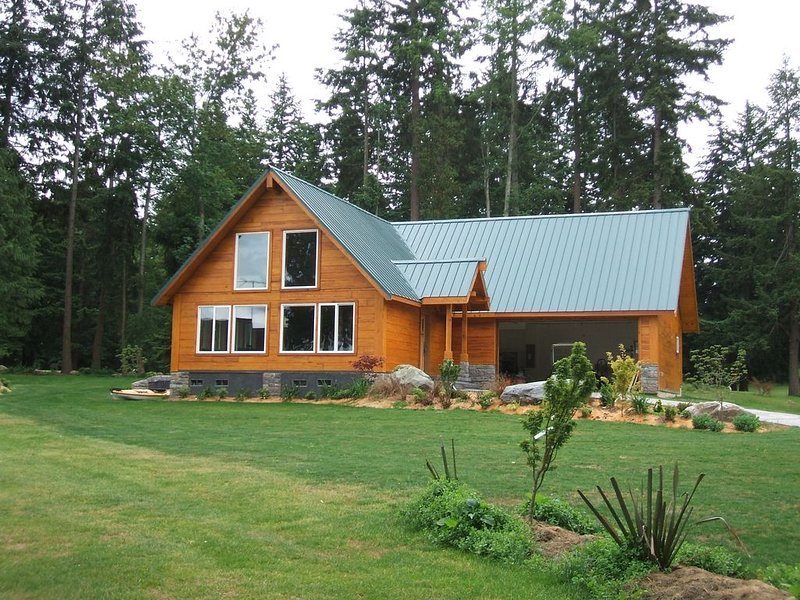 Exclusive Private Island Retreat with Breathtaking Views.  Great beach., location de vacances à Lakewood  Snohomish County
