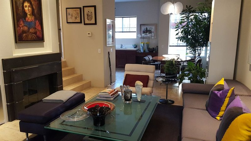 Luxury Townhome By OC Airport, Disney, Performing Arts Ctr., & Newport Beach, holiday rental in Santa Ana
