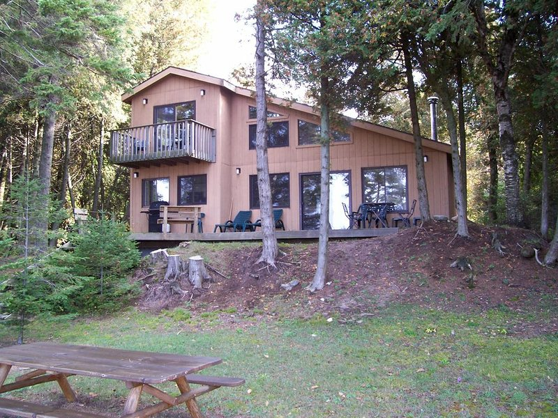 Quiet, secluded Lakefront home with breath taking sunsets, holiday rental in Beaver Island