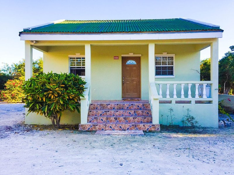 The Guest House on Lucayan Road - 2 mins walking distance from Long Bay beach, holiday rental in Long Bay Beach