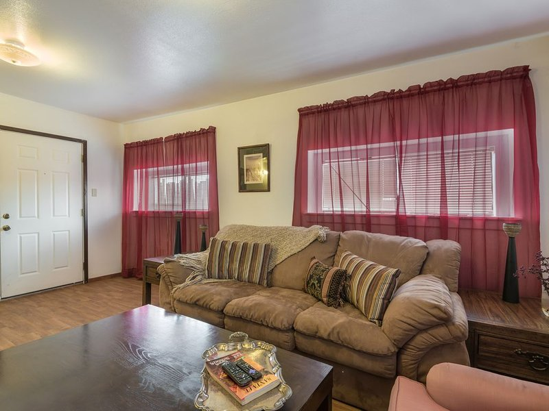Cozy Santa Fe. Pets and kids friendly, 5 minutes to Meow Wolf, 15 to the Plaza, location de vacances à Agua Fria