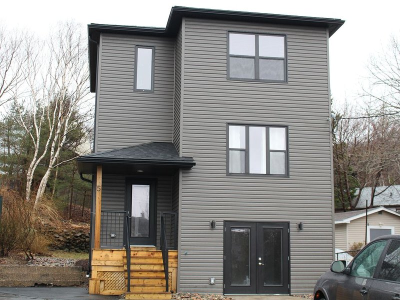 Modern, comfortable 2BR + 2.5 Bath w/Free Parking, holiday rental in Halifax