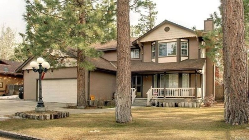 Beautiful & Spacious Big Bear City Home!, alquiler de vacaciones en Big Bear City