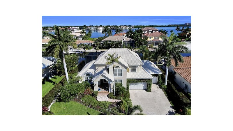 5 blocks from Tigertail Beach, 4 bedroom, 3 1/2 bath,  POOL/HOT TUB/LANAI, vacation rental in Marco Island
