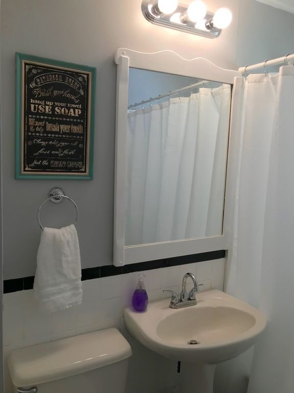 De badkamer - verse verf. Nieuw linnengoed. Groot genoeg. Het belangrijkste - het is schoon.