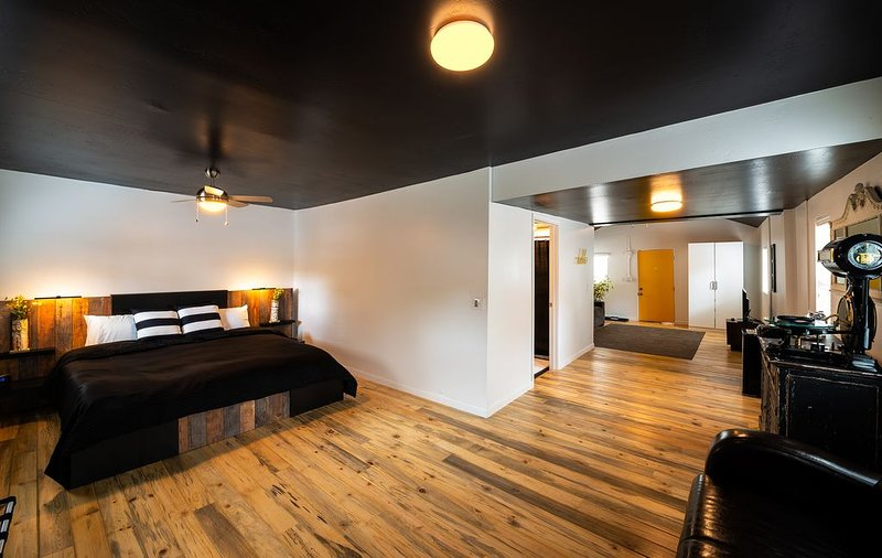 Downtown Contemporary/ Vintage with Hardwood Floors-Immaculate!, holiday rental in Flagstaff