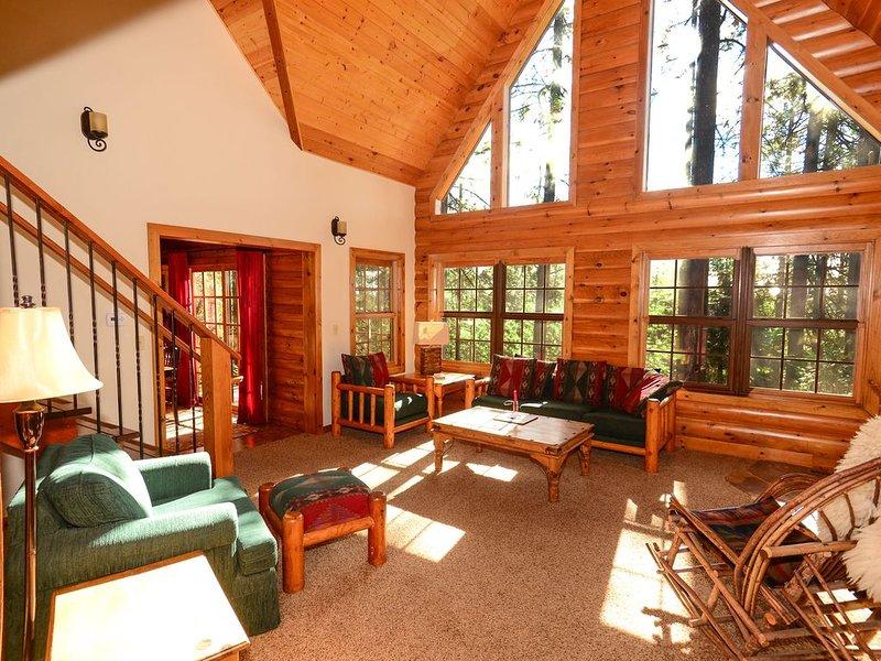 Gran habitación con muebles rústicos, techos acthedral y fabulosas vistas.