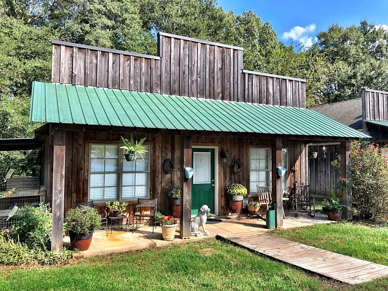 House in the country & close to town at the same time! Pet & Horse Friendly!, vacation rental in Oxford