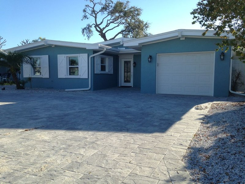 Upscale Waterfront House w/ Heated Pool & Dock!!!, holiday rental in Belleair Bluffs