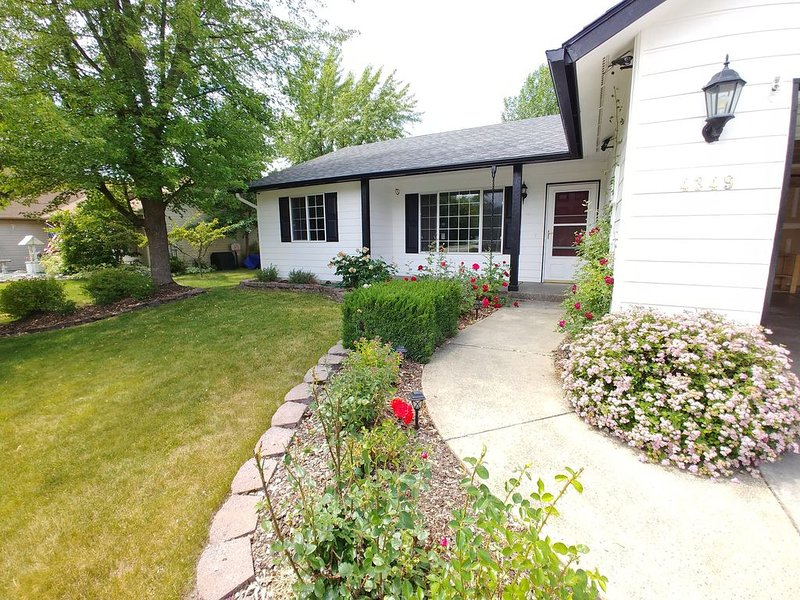 Close to City, Cda. Lake, Golf, skiing, mountain trails, the best of both worlds, vacation rental in Rathdrum