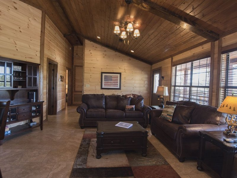 Luxury 2-BR Cabin on 4.8 acres From 2018 at Mt Fork River -10 Kayaks included!, holiday rental in Smithville