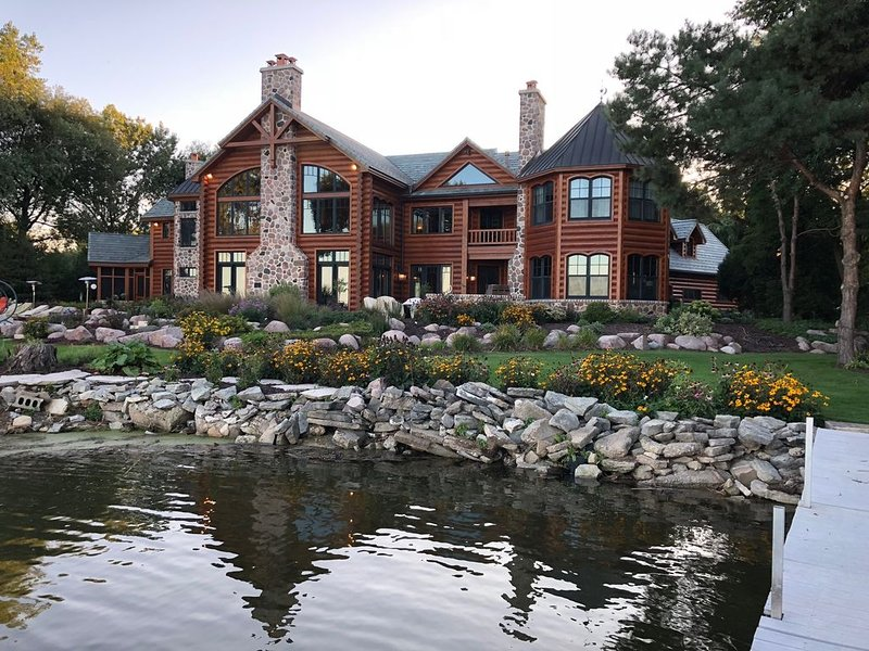 10,000 sq ft Log Home on the Bay of Green Bay - only 15 minutes to Lambeau Field, holiday rental in Luxemburg