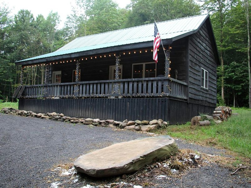 Private Cabin On 50 Acres, On ATV Trail, Minutes From Salmon River, alquiler de vacaciones en Cleveland
