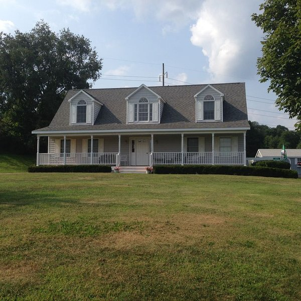 Newer Country Home In Scenic Setting Close to Dreams Park and All Star Village., holiday rental in Davenport Center