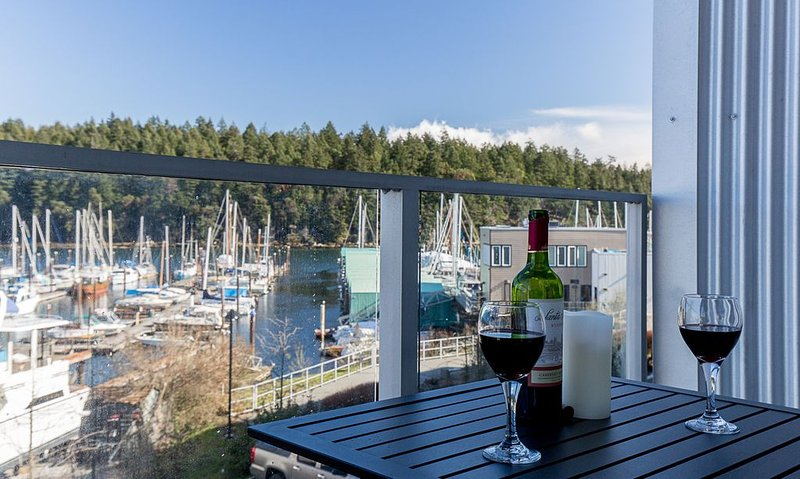 Oceanfront Suite - Just minutes away from downtown Nanaimo! Special offers, alquiler de vacaciones en Gabriola Island