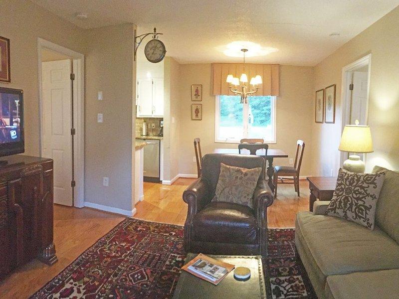 Vue de la porte d'entrée, donnant sur le salon et la salle à manger