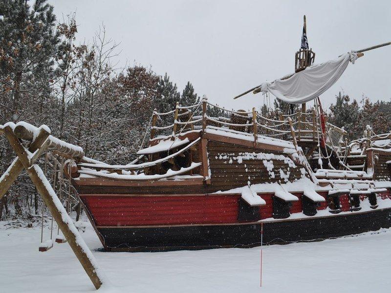 Pirate Ship Adventure cabin! Near Dells! Sleeps 6- Arrgh Maties!, casa vacanza a Mauston