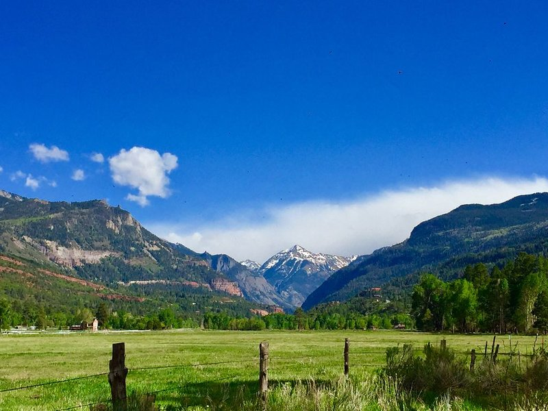 5-star high-mountain ranch getaway flanked by San Juans along Uncompaghre River, location de vacances à Ridgway