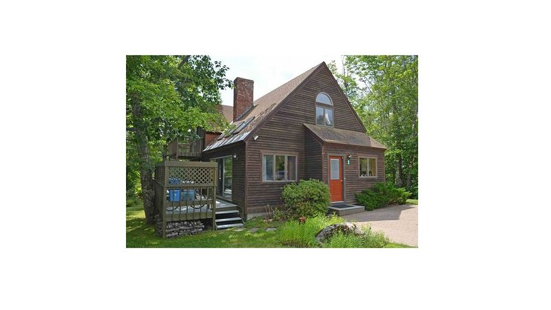 The Red Bridge House. 360° of lake views., vacation rental in Ludlow