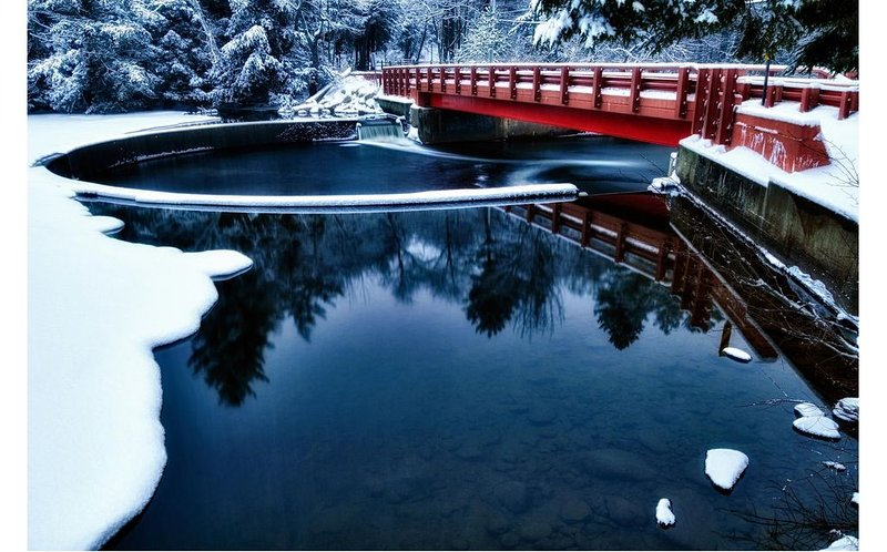 Den röda bron på vintern, utsikt från bryggan.