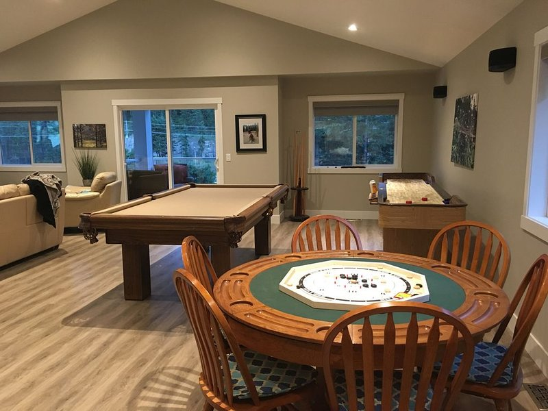 Amazing Shannon Lake Retreat - 3 bedrooms and full Recreation room, casa vacanza a West Kelowna