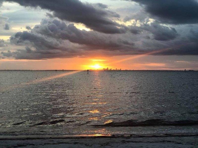 Apreciando o pôr do sol na praia privada para os hóspedes Little Harbour.