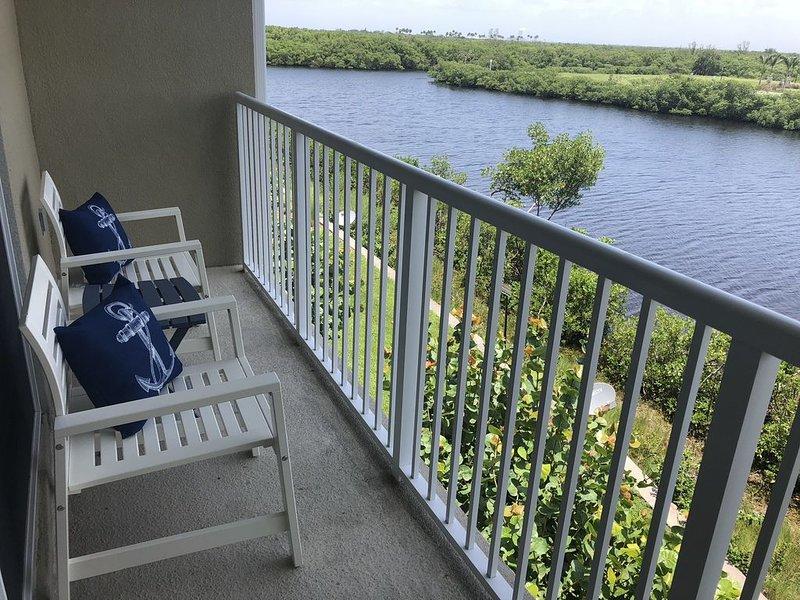 ★Coastal Getaway ★4 Balconies ★ Beach & Kayaks! - 2BR Waterfront Townhome, location de vacances à Sun City Center