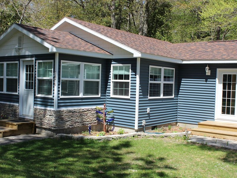 Newly Remodeled Cottage Just Off Scenic M22 by Lower Herring Lake, holiday rental in Arcadia