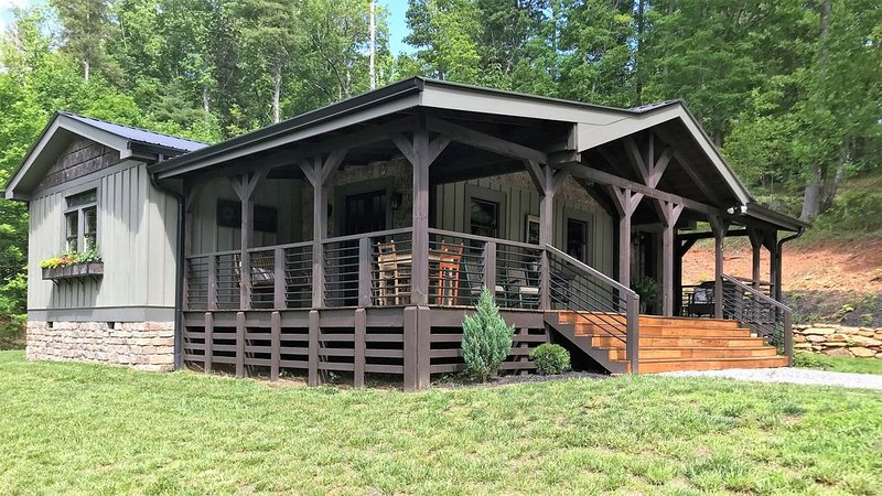 At DuPont Forest - Newer cabin designed for relaxation and comfort., holiday rental in Penrose