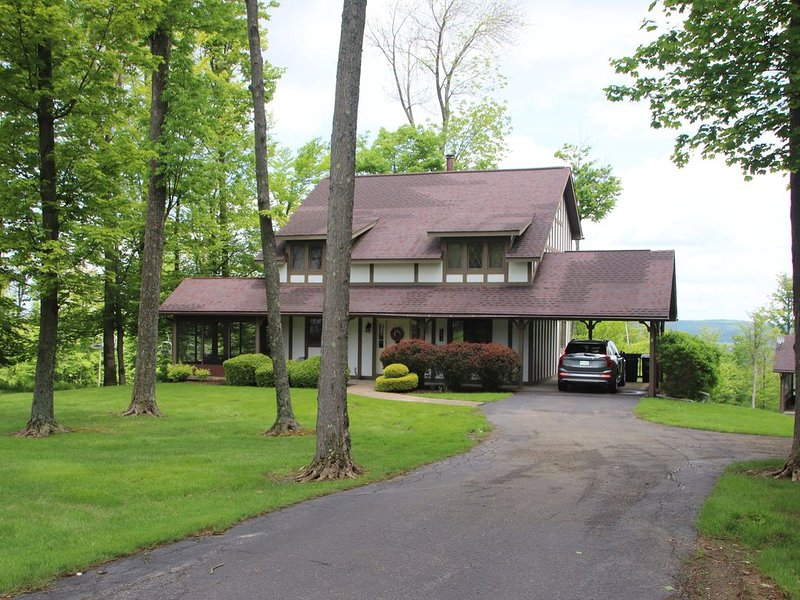 Winterberry Lodge: Ski In/Out of this slopeside single condo. Best location!, holiday rental in Erie