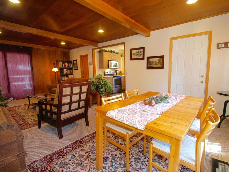 CUTE 2B/1B CABIN IN THE WEST VILLAGE ON MADRONE LANE, casa vacanza a Shaver Lake
